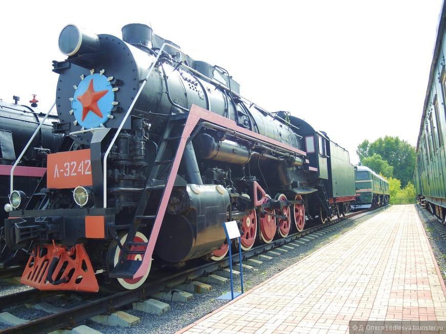 Магистральный паровоз (вес - 103 т., сцепной вес - 91 т., длина паровоза с тендером - 23,7 м., скорость - 80 км/ч., мощность - 2000 л.с., запас угля - 18 т., запас воды 28 куб.м.). Построен Ворошиловоградским заводом на Украине в г. Луганск в 1953 году.