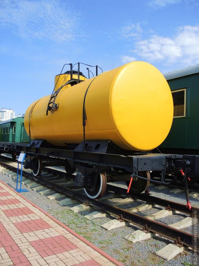 Цистерна двухосная для перевозки жидких грузов (вес -12 т., грузоподъёмность - 20 т.). Построена в 1935 году.