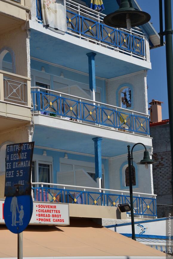 Как мы знаем, море всегда играло важнейшую роль в формировании и развитии Греческого государства. Итак, синий - символизирует цвет Эгейского моря, а белый- цвет пены его волн.  Так же, сочетание этих цветов отражает голубое греческое небо и белые облака на нем.