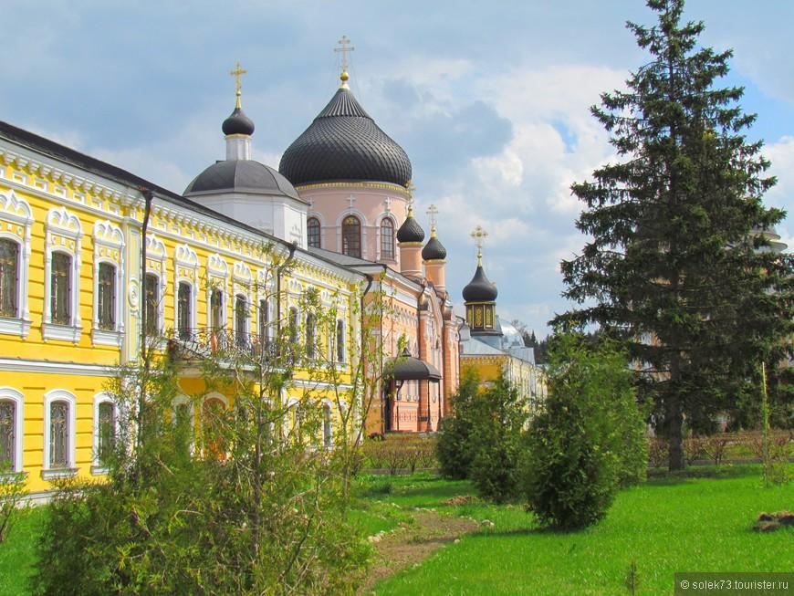 Мы были приятно удивлены , что мужской монастырь окрашен в такие нежные цвета...