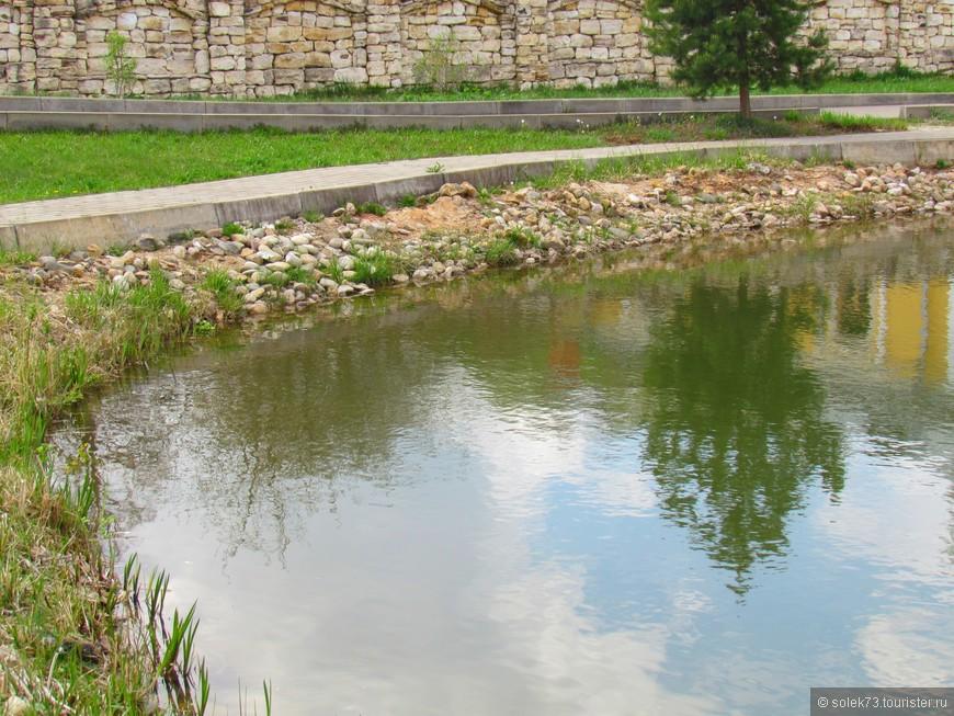 На территориии монастыря есть прудик с рыбками. Очень хорошо посидеть возле него на лавочке и послушать колокольный звон.