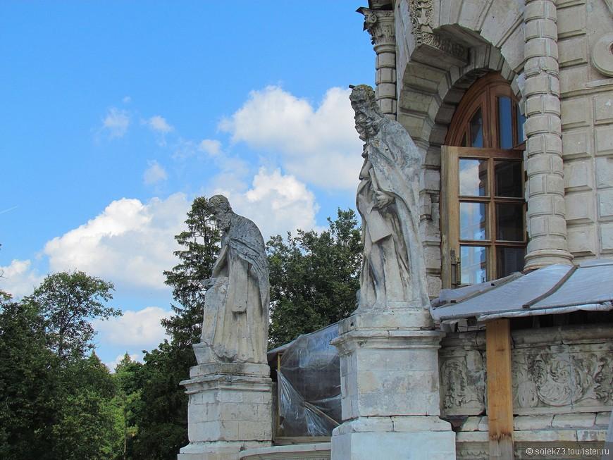 Около западных дверей помещены фигуры двух святителей: Григория Богослова и Иоанна Златоуста. Скульптуры изображают высоких старцев, одетых в мантии.