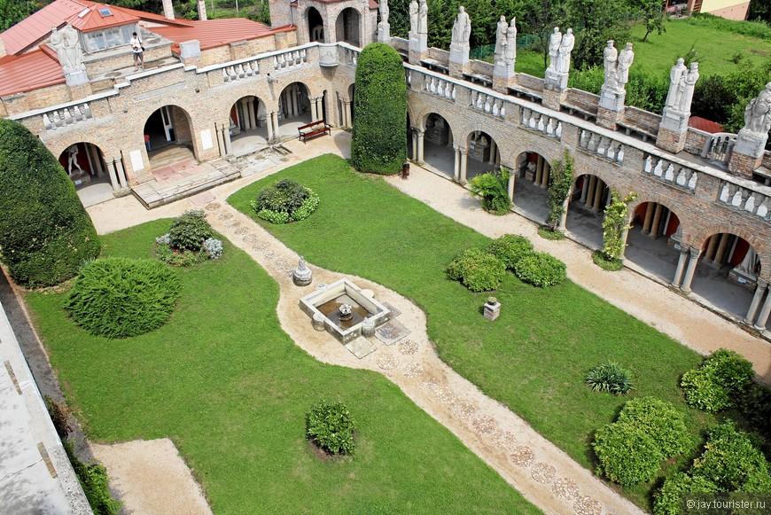 Вид на внутренний дворик с башни