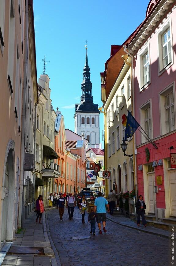 Узкие брусчатые улочки и красивые домики - это тоже визитная карточка Таллина.