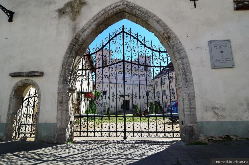 Собор святых Петра и Павла. После Реформации на территории современной Эстонии не было католических храмов. С 1799 года поляки, проживавшие в Таллине, использовали для богослужения трапезную бывшего доминиканского монастыря святой Екатерины. После того как католическая община возросла до 1500 человек, было решено построить католическую церковь в городе. Проект церкви был разработан архитектором Карла Росси. В 1841 году началось строительство храма. 26 декабря 1845 года состоялось освящение церкви.