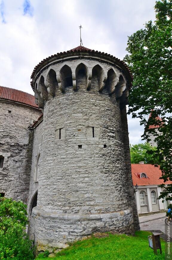 Большие Морские ворота. Большие Морские ворота, расположены в северной части города, рядом с гаванью. В средневековье Большие морские ворота находились на расстоянии 300 шагов от порта. Говорят, что во время шторма волны поднимались до самых ворот. Северные (Морские) ворота построены в 1265 году для соединения города с портом. Товары из порта доставлялись напрямую в город.  Морские ворота были и визитной карточкой города. Все купцы, прибывающие в город, попадали в него через Морские ворота (название укрепилось в конце XIV века).