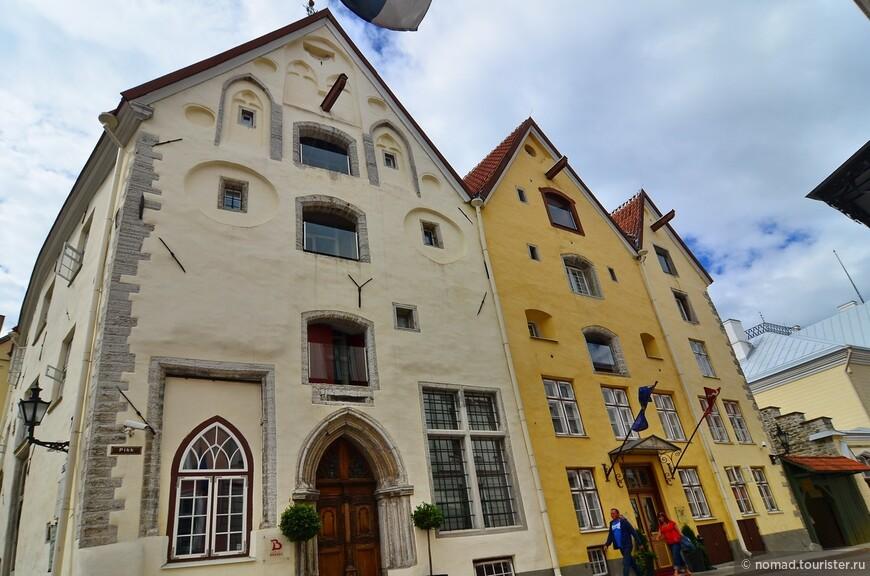 Три сестры. «Три сестры» — архитектурный ансамбль XIV века в историческом центре Таллина, ныне фешенебельная гостиница. Первое упоминание о трёх домах на улице Пикк датируется 1362 годом, с тех пор известны имена всех владельцев, которыми являлись наиболее именитые горожане: богатые торговцы, старейшины торговых гильдий, городские советники, бургомистры. Внешний вид во многом сохранился с XV века, хотя интерьеры не раз подвергались реконструкции. Последняя из них была проведена в 2003 году, тогда купеческие дома были объединены и переделаны в дизайнерский отель.