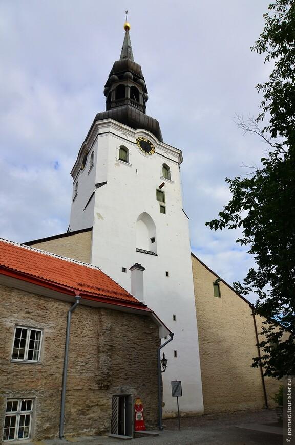 Домский собор. Домский собор — лютеранский собор, расположенный в Старом городе Таллина. Посвящён Святой Деве Марии. Домский собор является одним из старейших храмов Таллина. Сегодняшний облик он получил после многочисленных перестроек. Ранее на этом месте находилась деревянная церковь, согласно предположению историков, она была построена в 1219 г. Башня собора относится к эпохе барокко, а его часовни-пристройки — к более поздним архитектурным стилям. Внутри храма находятся захоронения XIII—XVIII веков, а также различные дворянские гербы и эпитафии, посвящённые известным людям того времени и относящиеся к XII—XX векам.