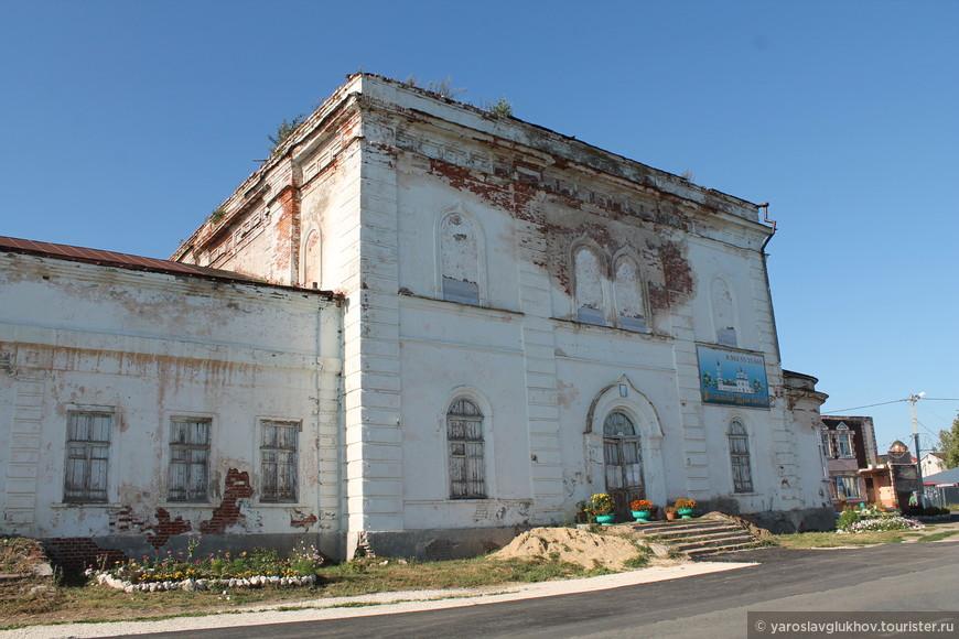 Полуразрушенный (его ещё только начинают восстанавливать), раньше кинотеатр - храм Святого Николая Чудотворца.
