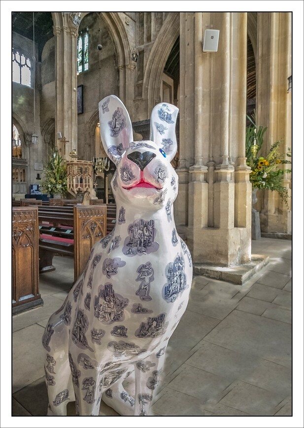 будущий фестиваль зайцев и в интерьере церкви.