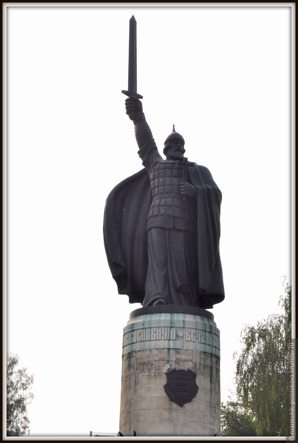 На смотровой площадке в 1999 году был установлен памятник богатырю Илье Муромцу. Скульптор Вячеслав Клыков изобразил его в двух ипостасиях - как воина и как монаха: в поднятой руке святой держит меч, а в другой - крест.