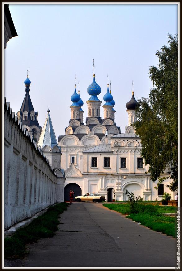 По преданию, Баговещенский мужской монастырь расположен на месте деревянной церкви «при дворе» князя Константина, крестившего Муром. Обитель была основана в XVI веке по повелению царя Ивана Грозного.