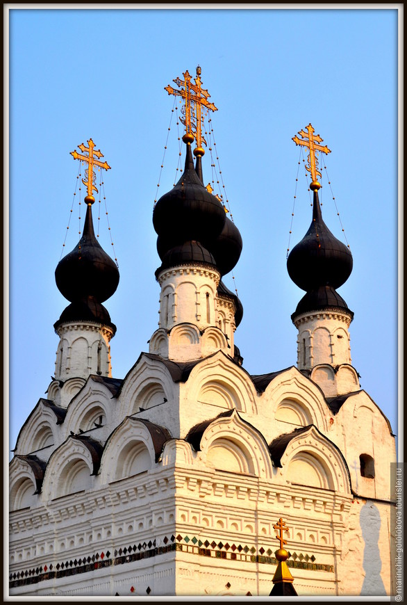Старейшие здания монастыря — каменная пятиглавая церковь Троицы 1642 г. постройки и возведённая 10 годами позже колокольня.