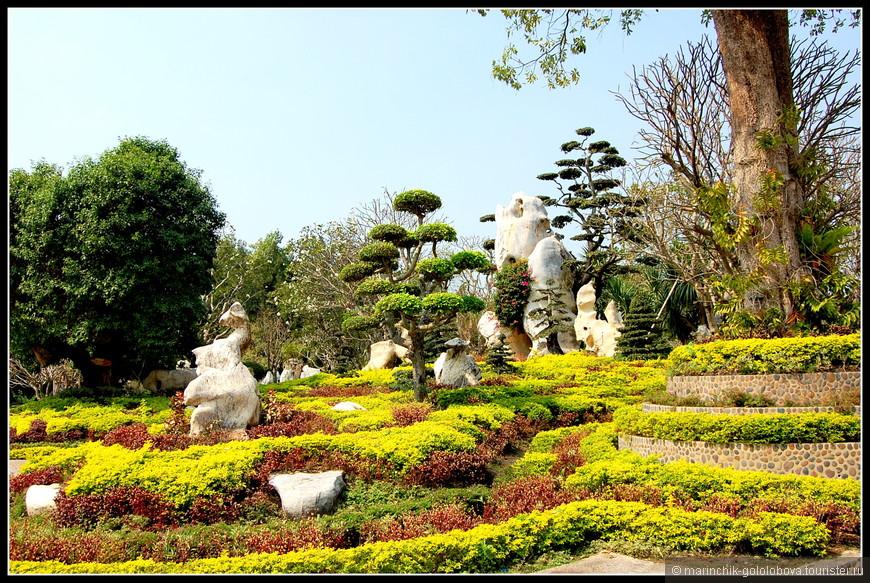 Парк миллионолетних камней в Паттайе — это сад в восточном стиле, украшенный десятками камней самых причудливых форм. Эти огромные валуны в Парк миллионолетних камней привезли со всего Таиланда и даже из-за границы.