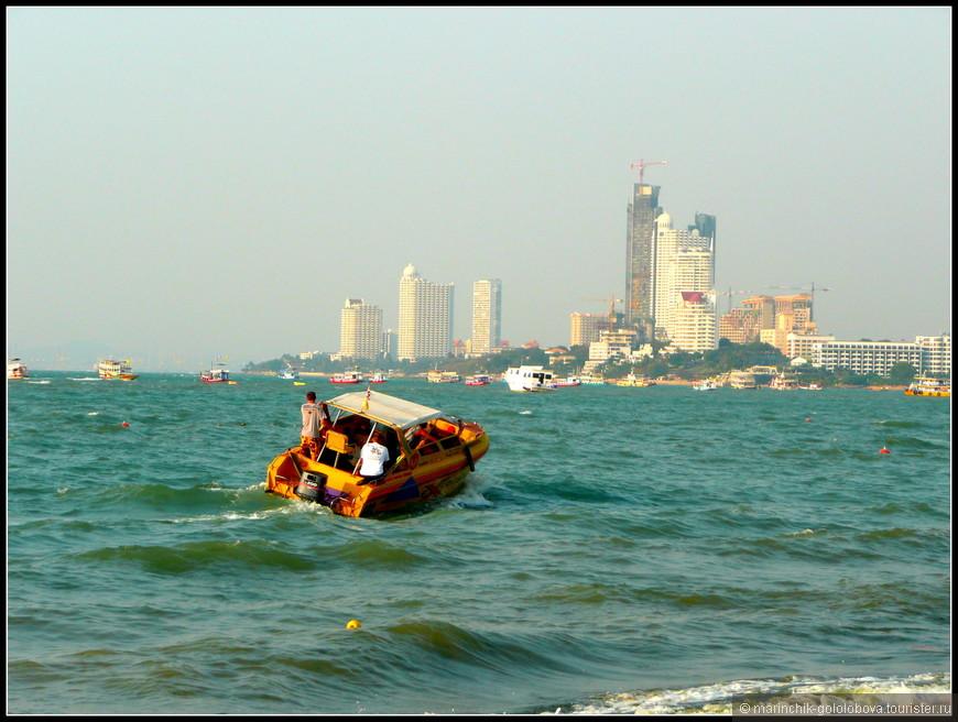 Центральный пляж Паттайи. Я была удивлена, что он мягко сказать, не очень чистый.