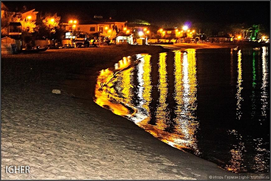 из Марина ди Кампо вечером шли минут 10 по пляжу