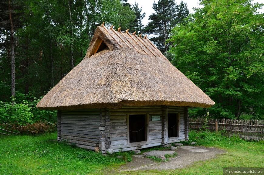 Бедняцкий двор Нуки. У безземельного крестьянина все скудное хозяйство размещалось под одной крышей - жилище, подсобные помещения и хлев.
