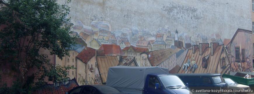 Неприглядные стены расписываются очень интересными граффити. Тот случай, когда это не считается вандализмом.