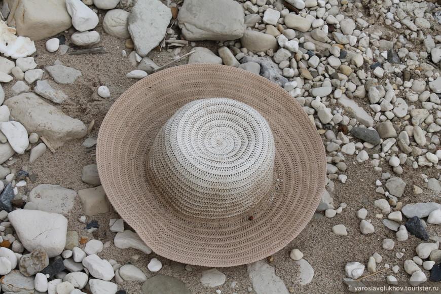 Чья-то шляпа.