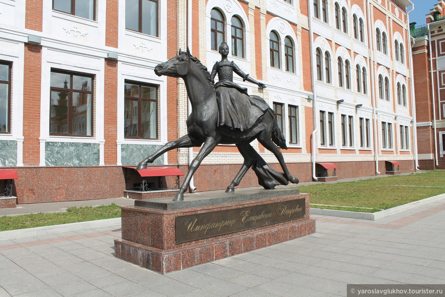 Памятник Императрице Елизавете Петровне.