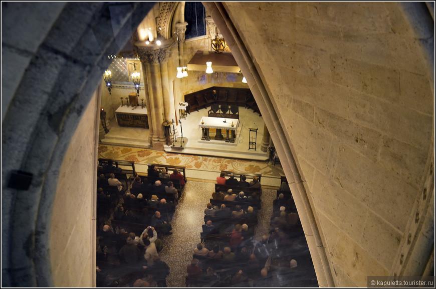"""В Крипте слева от Алтаря находится капелла святой девы Монтсеррат и капелла Христа, где захоронен Бокабелья, основатель Общества святого Иосифа. Справа -  капеллы святого Причастия и Святой Кармен. Гауди очень чтил эту святую и пожелал, чтобы его захоронили у подножия её статуи. Там сейчас можно прочесть : """" Антони Гауди Корнет из Реуса"""". К сожалению, в Крипте шла служба и нас туда не пустили."""