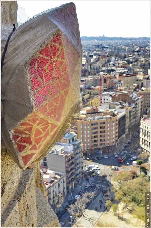 Верхушки башен украшены венецианской мозаикой.