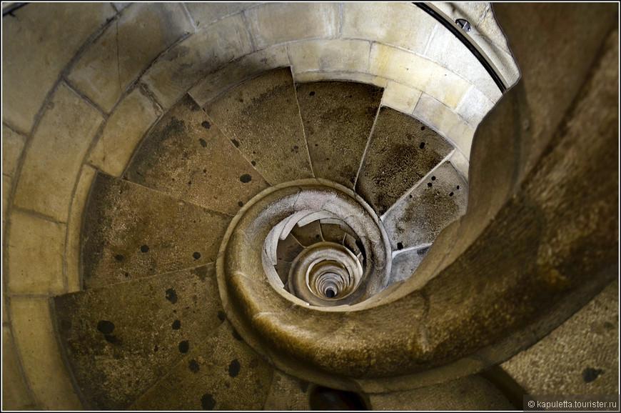 В нижней части башен есть винтовые лестницы, без перил, очень крутые...В разных башнях направления их закручивания  разные.... Когда идешь по такой лестнице , складывается впечатление, что ты вращаешься вокруг своей оси.
