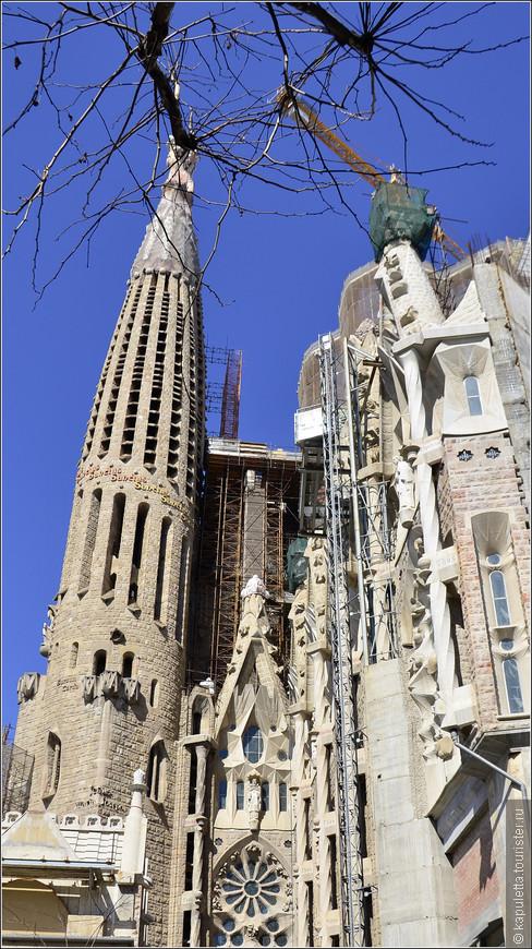 На этом снимке - первая башня, которую закончили в ноябре 1925 года. Она - единственная, которую Гауди увидел завершенной. Башня святого Варнавы. Подняться на башню можно по лестнице и на лифте. Внутри там тоже интересно.