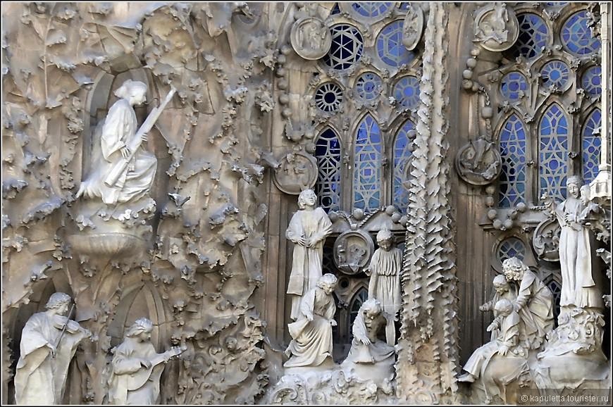 Фасад Рождества образован огромными фантастическими портиками - Портик Милосердия, портик Надежды и Портик Веры. Они посвящены основным евангельским  сомволам веры -  рождению, младенчеству и юности Иисуса. Гауди хотел, чтобы Фасад был многоцветьным!  НАдо делать усилие, чтобы это представить, но это - грандиозно! В честь Рождения Христа играют ангелы на разных инструментах - арфе, фаготе, цитре, виоле, барабане. Этих ангелов смастерил японский скульптор Ицуро Сотоо. Он работает над храмом с 1978 года. Ревностный поклонник Гауди. Подобно Гению, он черпает вдохновение в природе и католической вере.