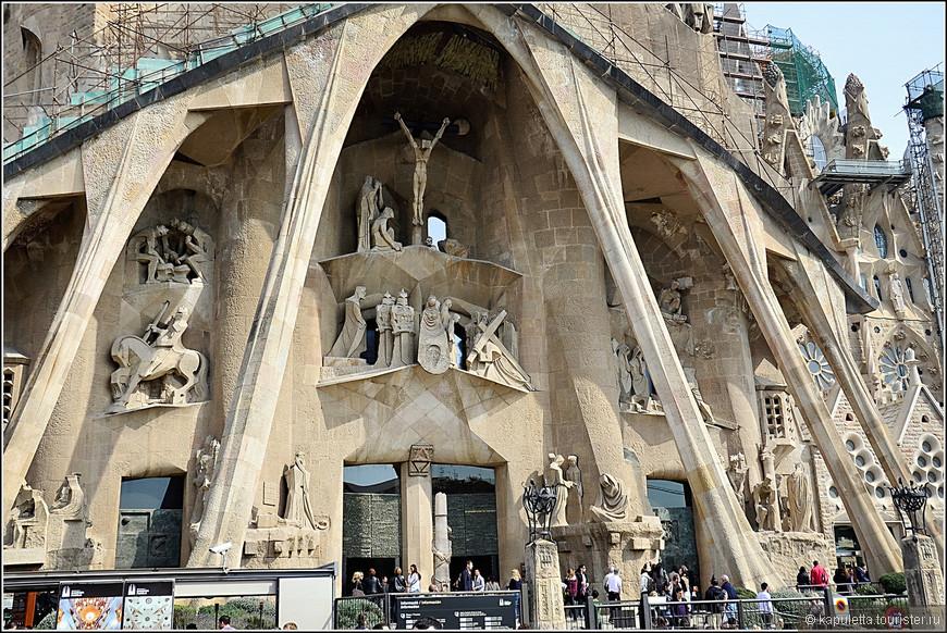 Гауди не дожил до возведения этого мрачного фасада.  В 1988 году скульптуры были заказаны Жузепу Марии Субираксу. Конечно, рисунок Гауди сильно отличался по стилю. Целый год Субиракс изучал искусство Гауди и в 1989 году приступил к строительству фасада Страстей.