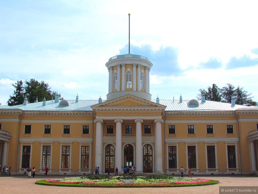 Большой дворец был создан в 80х гг. XVIII века французским архитектором Ш. де Герном. В одном из флигелей дворца располагались знаменитая картинная галерея и библиотека князя Юсупова.