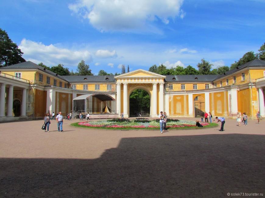 Площадь беред дворцом.