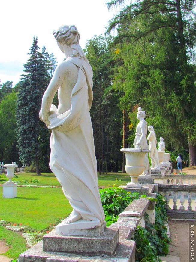 В 1790-х гг. по проекту итальянца Д. Тромбаро перед дворцом были устроены три террасы с мраморными балюстрадами. На террасах разбиты цветники, балюстрады украшены вазами, статуями.......