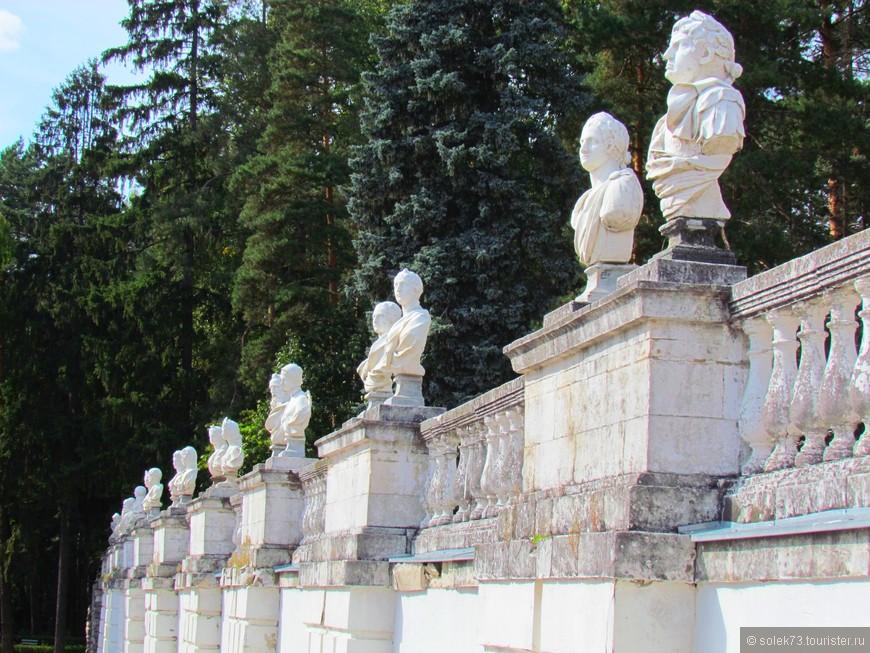 ..... статуями философов и античных богов