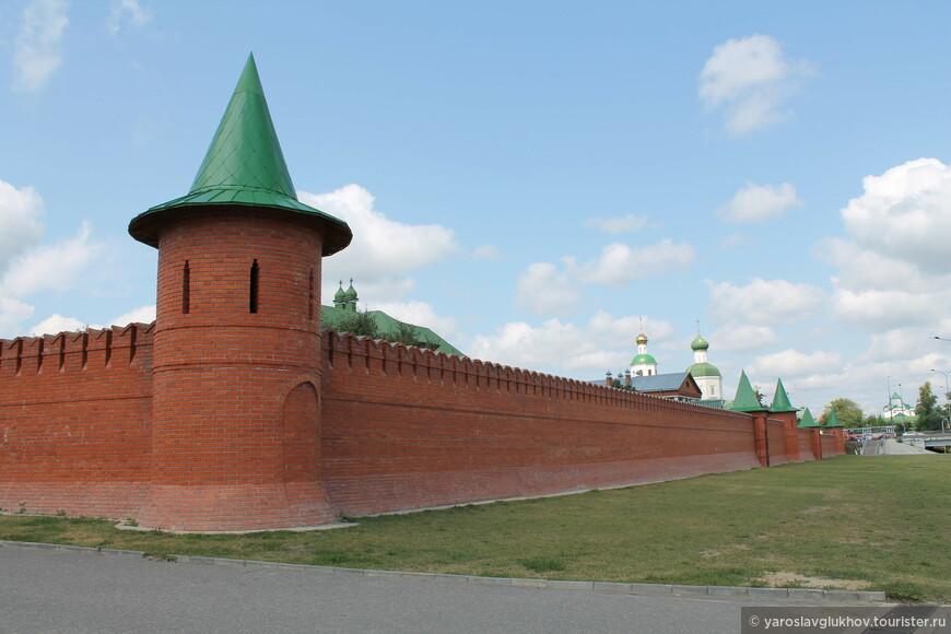 Кремлёвские стены на Воскресенской набережной.