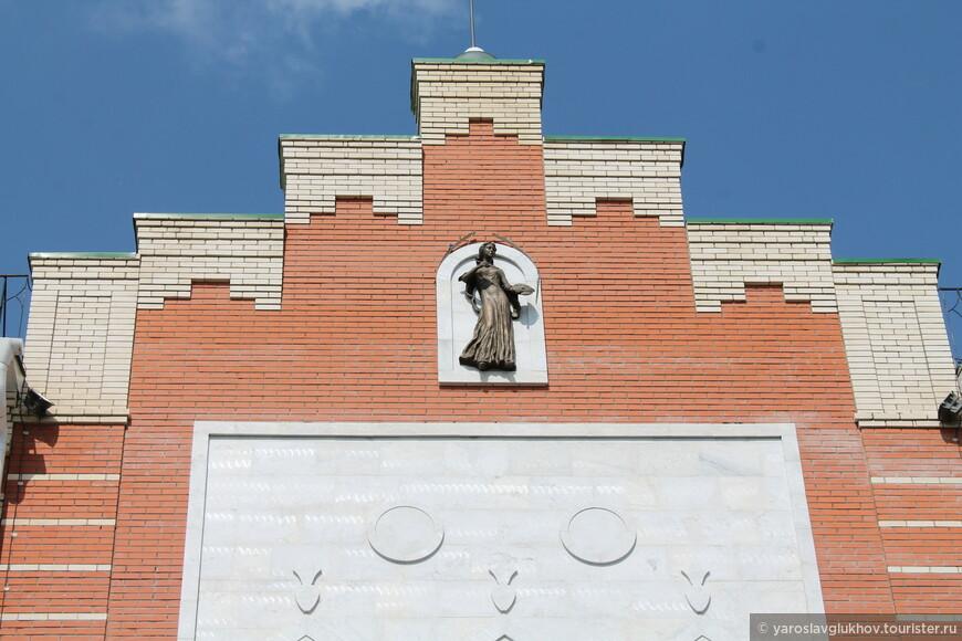 Статуя на одном из домов.