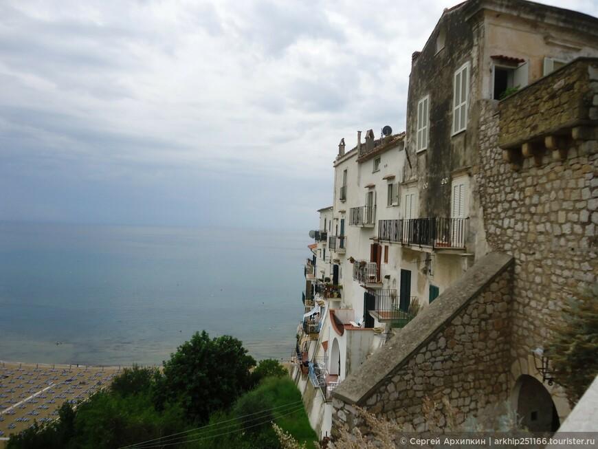 На горе все очень компактно и дома и площадки и улочки