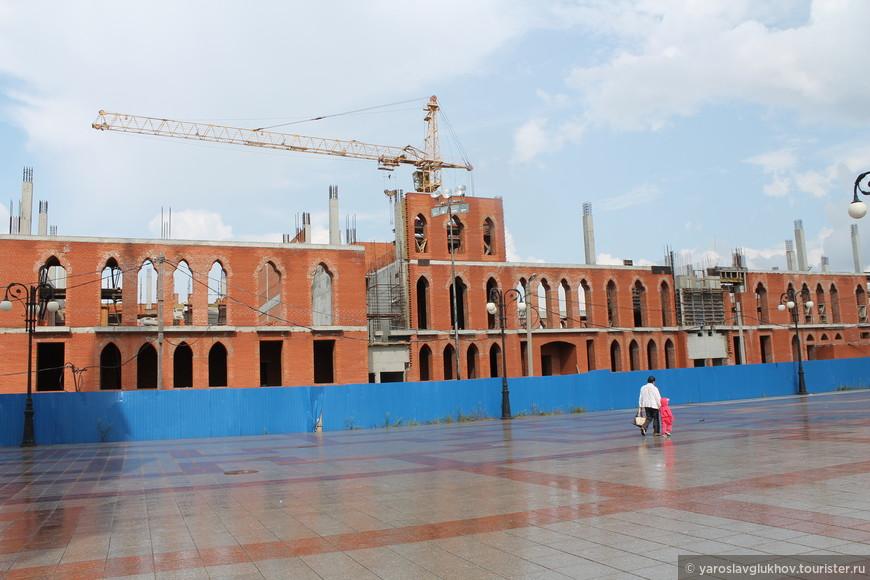 Строительство на площади Республики.