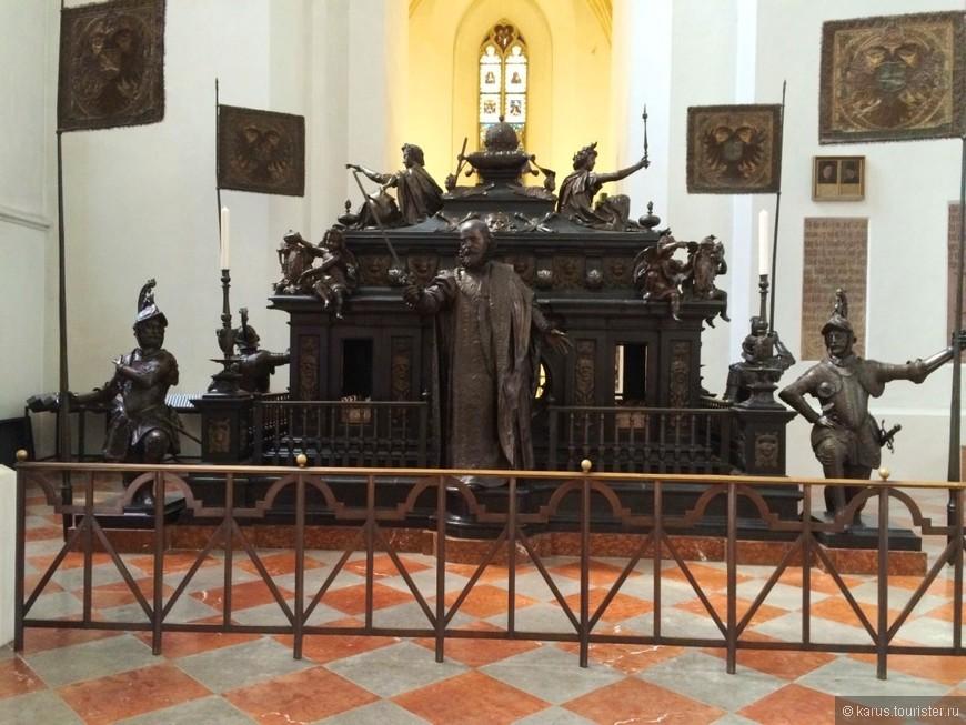 Гробница Людвига 2-ого Гид сказал,что она пустая,так как тело короля так и не нашли Говорят,во время охоты его сожрал медведь)
