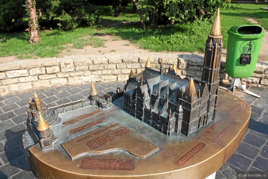 Церковь Матьяша в миниатюре. Все надписи нанесены шрифтом Брайля.