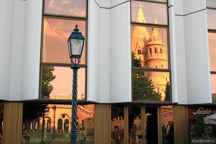 Отражение Рыбацкого бастиона в окнах отеля Hilton