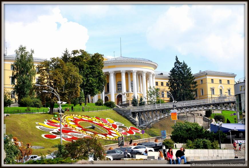 Цветочные часы, которые появились в Киеве 23 августа 2009 года. Диаметр часов более 20 метров, а диаметр циферблата – 17,35 метров. Каждый год на Цветочных часах выращивается около 50-80 тысяч цветов разных оттенков