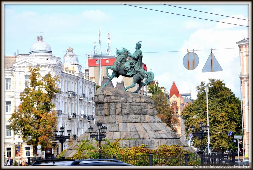 Памятник Богдану Хмельницкому является одним из символов города Киева. Считается, что булава легендарного гетмана, способствовавшего объединению Украины с Россией, указывает на Москву.