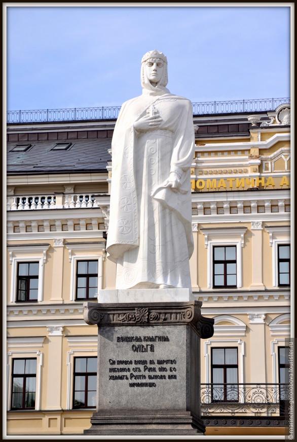 Изначально памятник был установлен еще 4 сентября 1911 года. Однако в 1919 году памятник был разрушен на части вандалами до такой степени, что даже не могли найти фигуру Княгини Ольги среди груды осколков. Посте этого на том месте установили бюст Тараса Шевченка, и лишь спустя 4 года скульптуру Ольги восстановили.