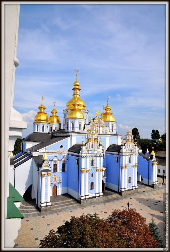 Михайловский Златоверхий монастырь (иногда фигурирует как Михайловский Собор) – один из древнейших монастырей Киева.