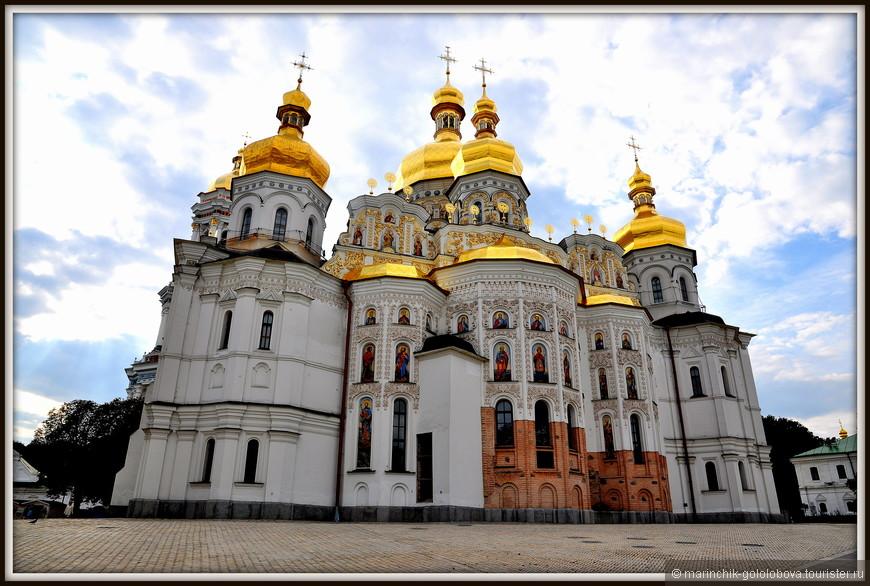Успенский собор Киево-Печерской лавры - один из древнейших храмов Киевской Руси, уникальный памятник архитектуры, а также усыпальница многих выдающихся личностей. На протяжении многих веков он был одной из самых почитаемых святынь Православной Церкви, а также является обязательным пунктом любой экскурсии в Киево-Печерскую Лавру.