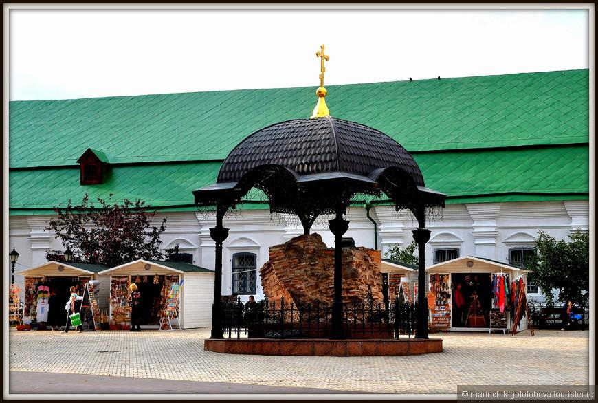 1619-го года монастырь получает очень влиятельный и серьезный статус «Лавры» - важнейшего и огромнейшего по тем временам мужского монастыря. Уже к тому времени во владениях Киево-Печерской Лавры находится два города – Радомысль и Васильков. На сегодняшний день «Нижняя Лавра» вместе с пещерами находится под руководством Украинской Православной церкви Московского патриархата, а, так называемая, «Верхняя Лавра» является территорией, под руководством Национального Киево-Печерского историко-культурного заповедника