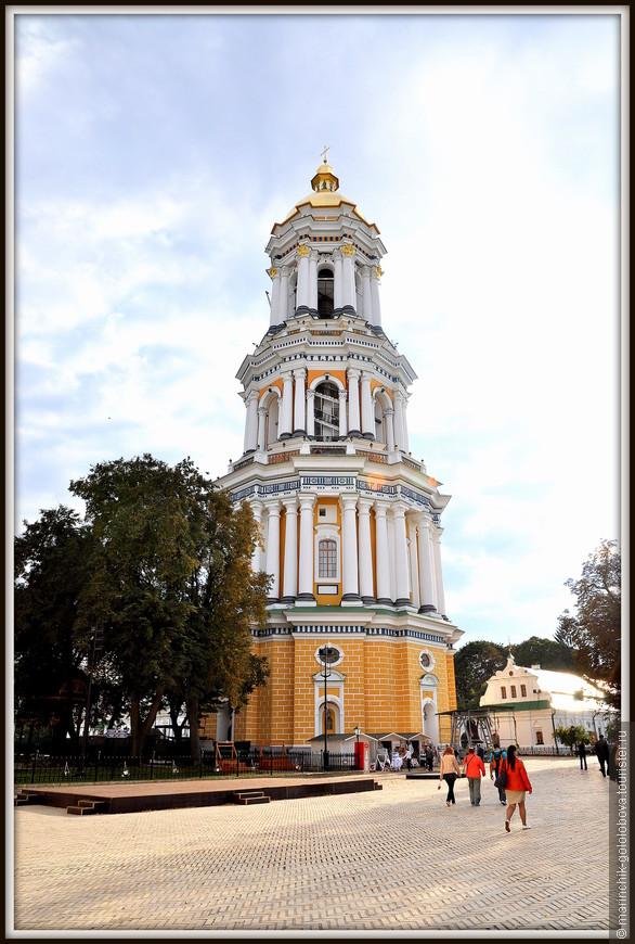 Лаврская колокольня является одним из символом Киево-Печерской Лавры и расположена на условной территории «Верхней Лавры».
