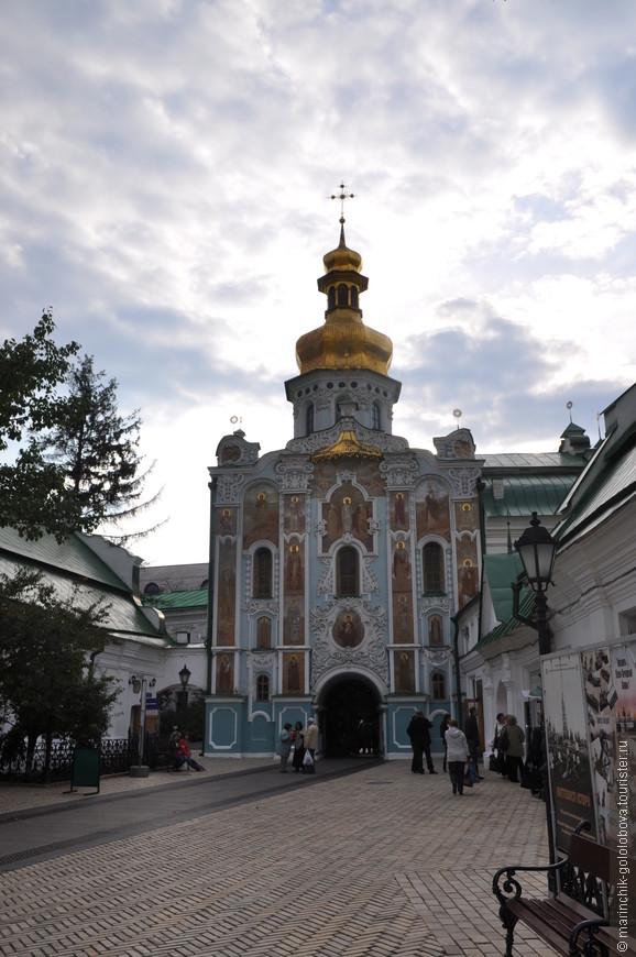 На территории Киево-Печерской Лавры находится более 20-ти церквей, несколько музеев, ближние и дальние пещеры, братские корпусы, гостиница, трапезная и огромное количество других сооружений.  Площадь территории Киево-Печерской Лавры составляет практически 30-ть гектаров.