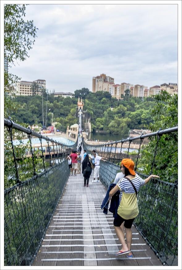 длинючий мостик перекинулся через все,не маленькое,озеро.